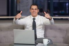 бизнесмен показывая большие пальцы руки вверх стоковые фото