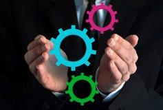 Бизнесмен показывая виртуальные шестерни Стоковая Фотография RF