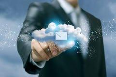 Бизнесмен показывая данные по облака Стоковые Фото