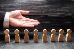 Бизнесмен показывая его руку к деревянным диаграммам людей Стоковые Фото