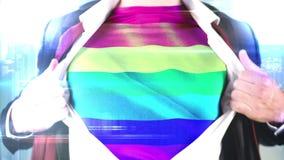Бизнесмен показывая его футболку флага радуги