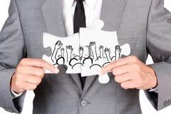 Бизнесмен показывая зигзаг соединяется создает руку людей вверх Стоковое Изображение