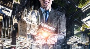Бизнесмен показывая ладонь Мультимедиа Стоковые Фото