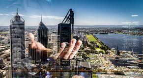 Бизнесмен показывая ладонь Мультимедиа стоковое фото rf