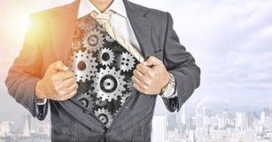 Бизнесмен показывая механизм шестерней в теле стоковое фото rf