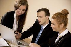 Бизнесмен показывая молодым женщинам работу Стоковая Фотография RF