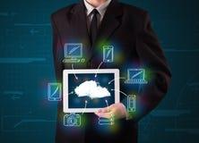 Бизнесмен показывая нарисованный рукой вычислять облака Стоковое Изображение RF