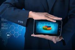 Бизнесмен показывая долевую диограмму с планшетом Стоковые Фотографии RF
