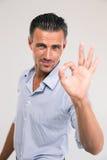 Бизнесмен показывая одобренный знак с пальцами Стоковые Фотографии RF