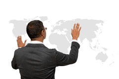 Бизнесмен показывая руку и палец с диаграммой карты мира стоковое фото rf