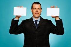 Бизнесмен показывая 2 пустых белых плаката Стоковое Фото