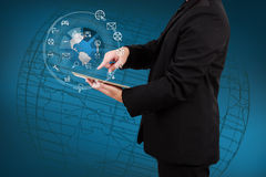 Бизнесмен показывая smartphone с применением o глобуса и значка Стоковое Изображение