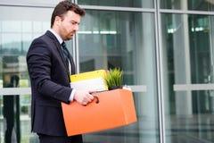 Бизнесмен покидая его офис после банкротства банка Стоковое Изображение