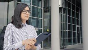 Бизнесмен покидая офис касаясь женщине коллеги Она шлепая его стороной Сексуальные домогательства сток-видео