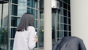 Бизнесмен покидая офис касаясь женщине коллеги Она шлепая его стороной сток-видео
