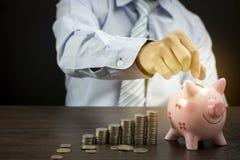 бизнесмен положил монетки денег стоковые фотографии rf