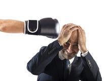 Бизнесмен получает кулаки от конкурентов концепция трудной карьеры Стоковое фото RF