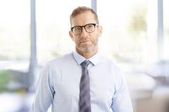 Бизнесмен постаретый серединой на офисе Стоковое Изображение RF