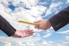 Бизнесмен посылает золотое boton до другое одно Стоковая Фотография RF