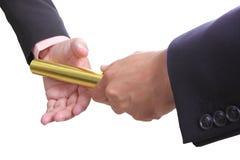 Бизнесмен посылает золотое boton Стоковое Изображение