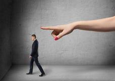 Бизнесмен после направления то большое female& x27; рука s указывая вне стоковое фото rf