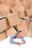 Бизнесмен под коробками Стоковая Фотография
