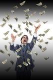 Бизнесмен под падая банкнотами кричащим достигая fo денег стоковые изображения