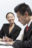 Бизнесмен подписывая контракт Стоковые Изображения