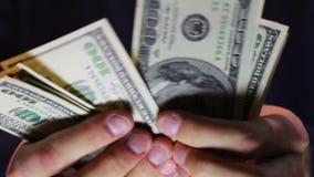 Бизнесмен подсчитывает деньги в руках сток-видео