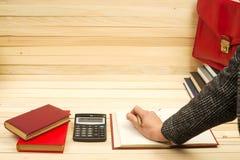 Бизнесмен подсчитывая выгоду и потери, анализируя финансовые результаты Стоковое фото RF