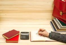 Бизнесмен подсчитывая выгоду и потери, анализируя финансовые результаты Стоковые Изображения RF