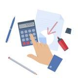 Бизнесмен подсчитывая выгоду на калькуляторе Стоковое фото RF