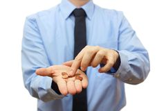 Бизнесмен подсчитывая монетки в наличии. Концепция кризиса Стоковые Фото