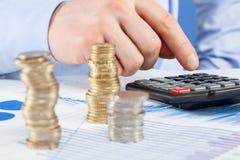 Бизнесмен подсчитывая монетки Стоковая Фотография RF