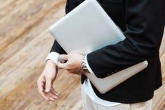 Бизнесмен получает готовым для работы на его офисе с роскошным вахтой a Стоковое Изображение RF