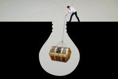 Бизнесмен получает сундук с сокровищами бесплатная иллюстрация