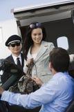 Бизнесмен получая бизнес-леди на авиаполе Стоковые Фото