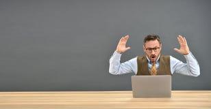 Бизнесмен получая осадку перед компьтер-книжкой Стоковая Фотография