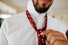Бизнесмен получая одетый стоковое изображение rf