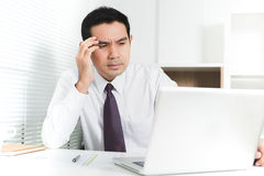 Бизнесмен получая усиленную осадку на работе Стоковая Фотография RF