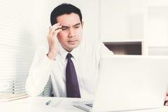 Бизнесмен получая усиленную осадку на работе Стоковое Изображение RF