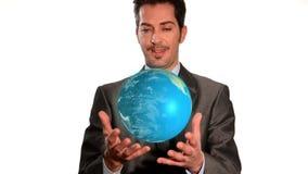 Бизнесмен полученный весь свет в его руках видеоматериал