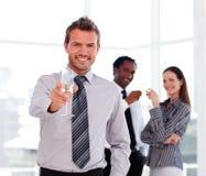 бизнесмен празднуя красивый успех стоковое изображение