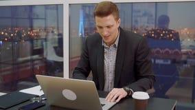 бизнесмен празднуя успех видеоматериал