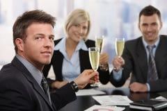 бизнесмен празднуя шампанское Стоковые Фото