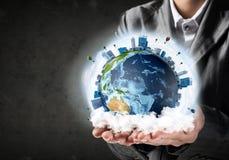 Бизнесмен представляя глобус земли Стоковое фото RF