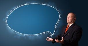Бизнесмен представляя космос экземпляра пузыря речи Стоковая Фотография RF