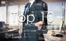 Бизнесмен представляя 10 лучших текста на виртуальном экране Стоковые Изображения RF