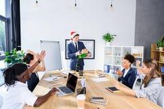 Бизнесмен представляя подарки к коллегам Стоковое Фото
