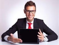 Бизнесмен представляя пусковую площадку сенсорного экрана стоковая фотография rf